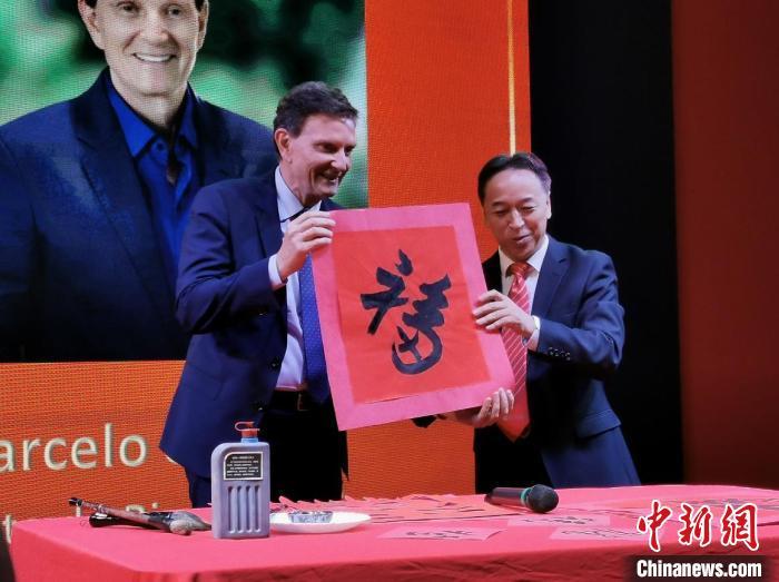 """中国驻里约热内卢总领馆总领事李杨书写""""福""""字赠与巴西友好人士代表。 尹楚平 摄"""