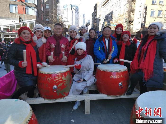 温哥华华侨华人在当地街头举行舞龙、舞狮等多种传统庆祝活动。 王典奇 摄