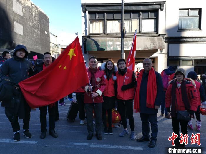 加拿大温哥华华侨华人在当地街头高举五星红旗庆贺新春。 王典奇 摄
