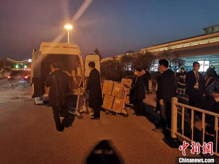 1月31日,由日本江西总商会筹备代购的3800套医用防护服顺当抵达南昌。