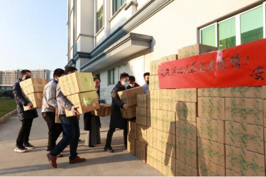 图为捐赠物资驰援湖北黄冈。 郭俊 摄