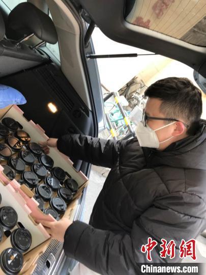 自2月3日起,台青郭屹凡与合作伙伴辗转福建医科大学附属协和医院、福建省立医院、福州肺科医院等多家医院,陆续送出了500多杯手作咖啡。 郭屹凡供图 摄