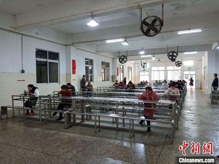 2月19日,台资企业玉林市诚顺鞋业有限公司复产。图为企业员工松散用餐。台办供图