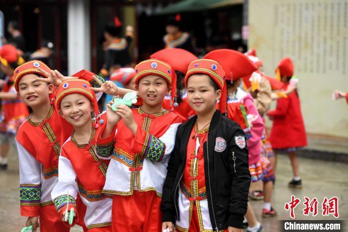 """图为广西小批民族民多祝贺""""壮族三月三""""。原料图 俞靖 摄"""