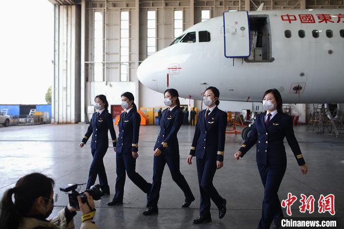 她们都是大学本科学历,正逐步成长起来,和男性飞行员一起承担着整个公司的航班运行任务。 泱波 摄