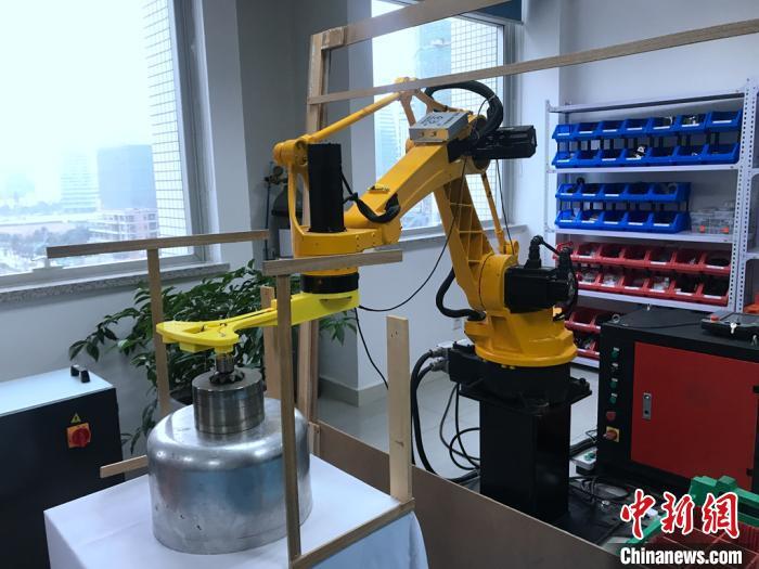 中國僑網宋彬辦公室內的機器人?!×窝┲ァz