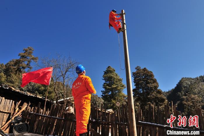 电力工人正在为山区村民架设输电线。 四川电力 摄