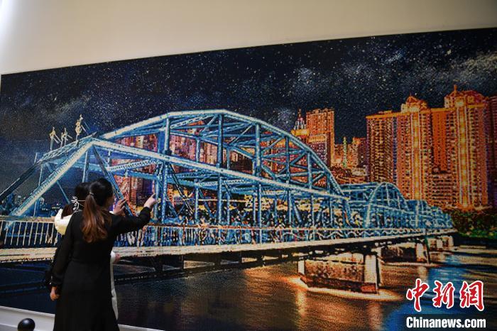 图为民众观赏乐高《兰州黄河铁桥》作品。 杨艳敏 摄