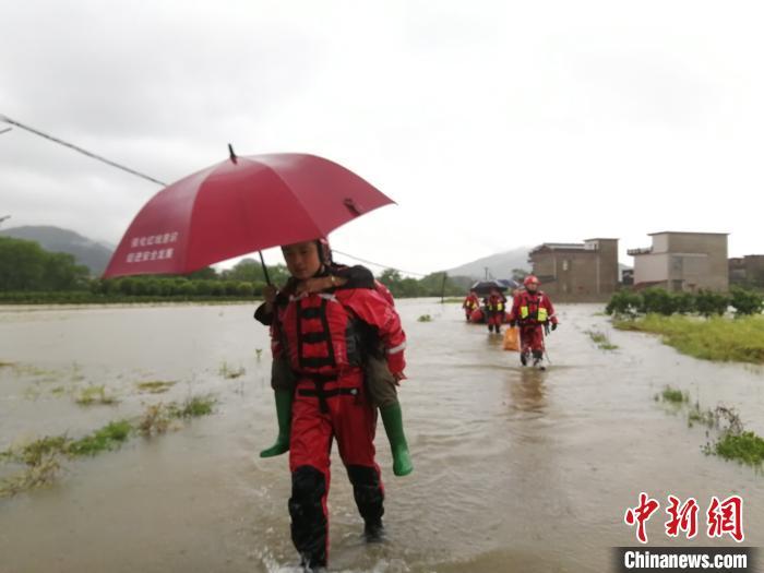 图为消防救援人员转移被困群众。 都春雷 摄