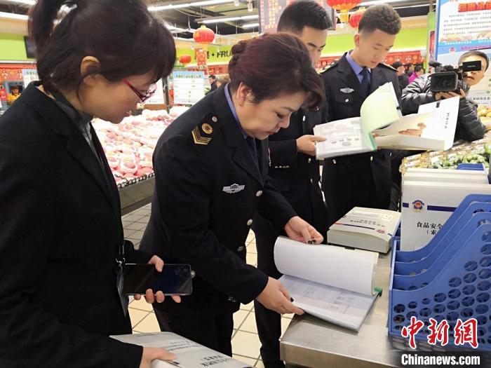 圖為2019年1月,蘭州食品藥品監管部門檢查超市商品。(資料圖) 劉薛梅 攝
