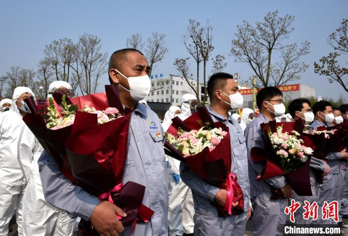 """吴常伟等7勇士归队后,与""""战友""""们同唱国歌。 朱志庚 摄"""