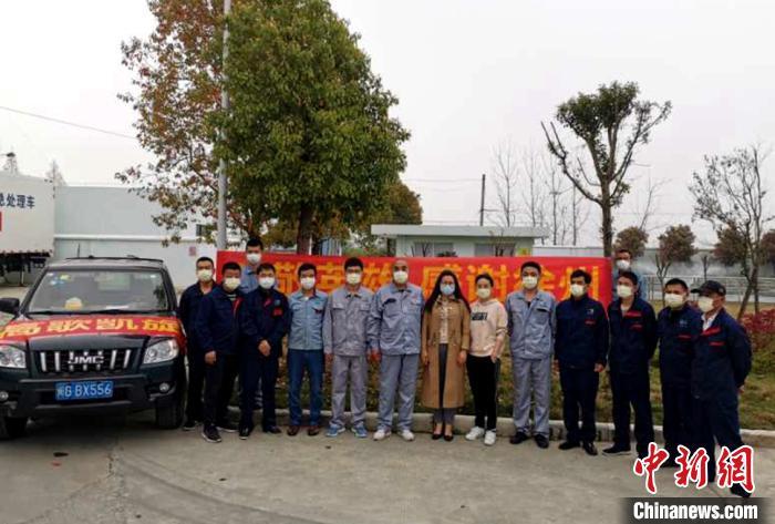 荆州当地公司及员工送别徐州驰援湖北勇士。危废中心 供图