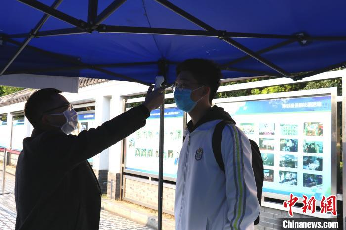 在杭州学军中学,学生测温正常后才能进校。 童笑雨 摄