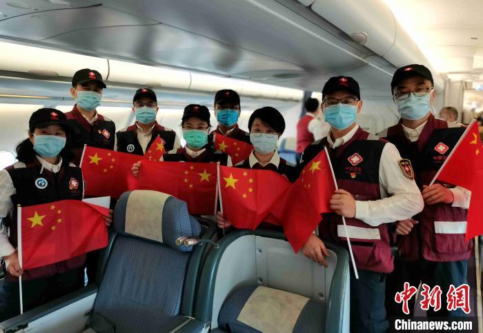 骰宝游戏平台专家组成员在飞机上。使馆供稿