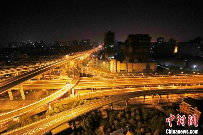 """上海中環中心四幢""""爛尾樓""""被爆破拆除。 殷立勤 攝"""