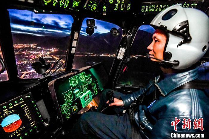 飞行员夜间模拟特情处置。 路建 摄