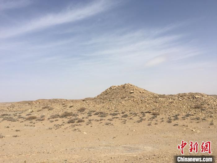 图为新发现的烽燧遗址。 杨峰 摄