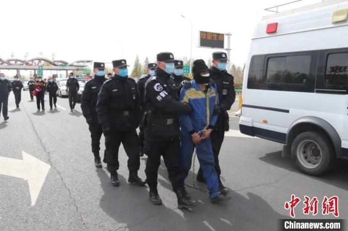 图为警方抓获犯罪嫌疑人周某。警方供图