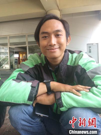 图为乐观开朗的苏门答腊岛29岁小伙Tiar。 李欣欣 摄