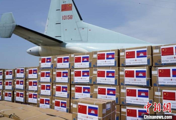 圖為中國向柬埔寨援助的抗擊疫情物資。 使館提供