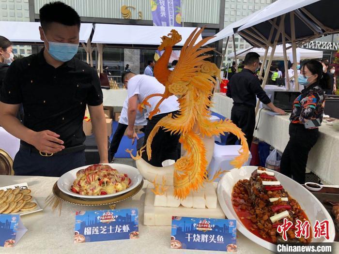 大蓉和展示的南瓜凤雕和榴莲芝士龙虾。 朱晓颖 摄