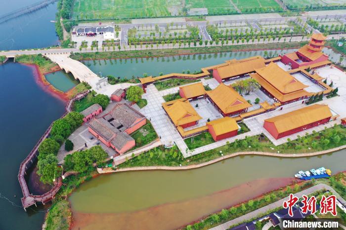 忠义文化园以600多年历史的忠臣庙为核心,在全方位保护原忠臣庙建筑的基础上,新建了仿古建筑群,建设了十大景点,是以弘扬忠义文化为主的历史文化景区,也是环鄱阳湖文化旅游的标杆,2018年被评选为国家4A级景区。 刘占昆 摄