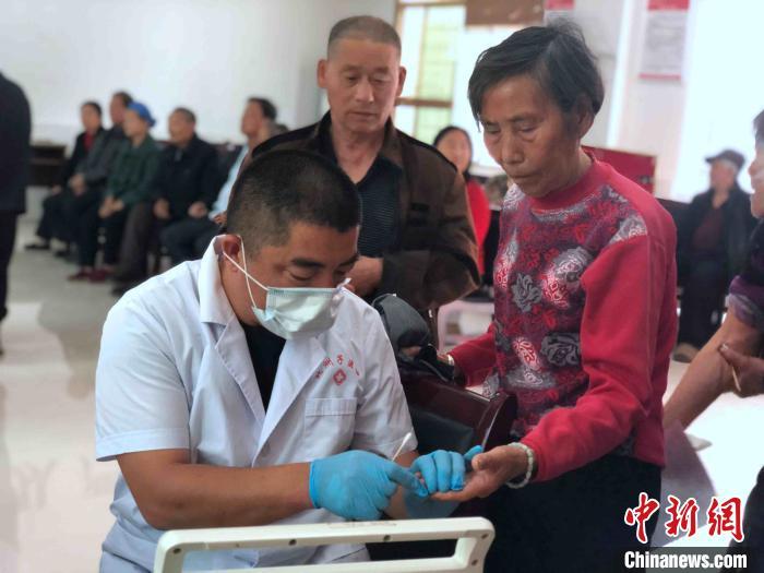 """大通湖每年一度的送""""体检""""到村义诊活动。 宋梅 摄"""