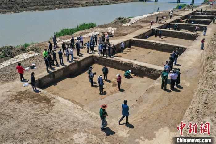 寨卞东南遗址共清理遗迹73个,其中近现代沟2条,汉代灰坑61个,汉代瓮棺葬1座,汉代路2条,汉代沟8条。 韩春义 摄