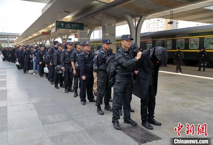 防城港警方查获涉传销人员。广西警方供图