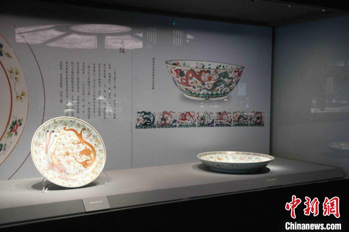 永宣红釉、永乐白瓷、成化斗彩、嘉靖万历五彩是明代官窑瓷器中最负盛名的品种。 孙婷婷 摄