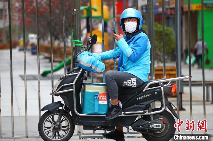 全国人大代表关注外卖骑手等新兴职业建议完善社保机制