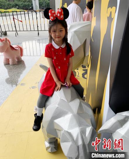 """生活中的周昭妍是個愛美和喜愛動畫片的一年級小學生?!""""徊稍L人供圖 攝"""