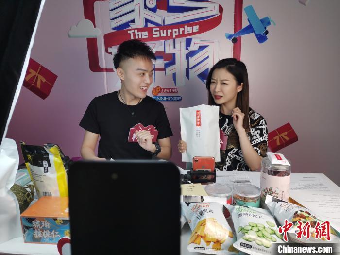 中国互联网络信息中心日前发布的《中国互联网络发展状况统计报告》显示,截至2020年3月,中国网络购物用户规模达7.1亿,占网民整体的78.6%;电商直播用户规模达2.65亿,占网购用户的37.2%。如此庞大的用户规模,为直播带货的强势崛起打下了基石。 郝学娟 摄