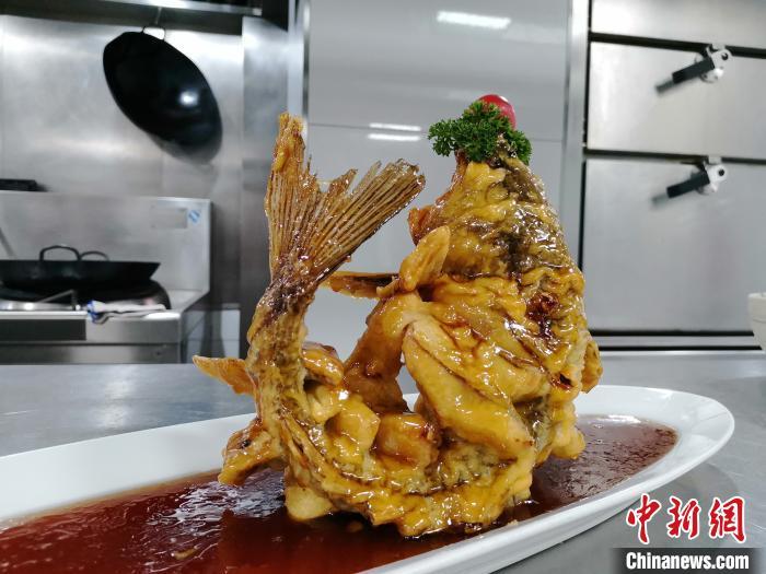 图为李頔当天吃播的糖醋鲤鱼。 郝学娟 摄