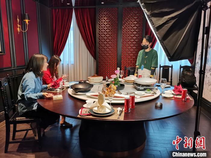图为李頔及其团队在为吃播做准备。 郝学娟 摄