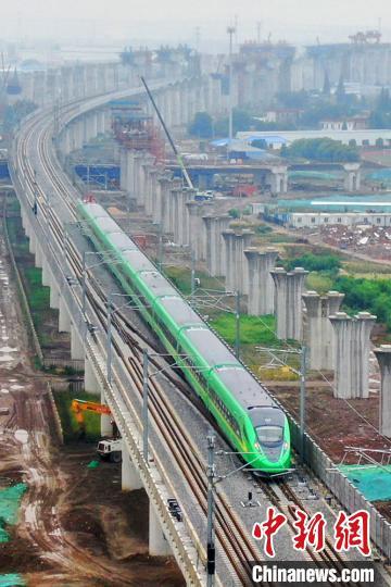 """正在进行联调联试的通沪铁路试跑""""绿巨人""""版复兴号动车组。 许丛军 摄"""