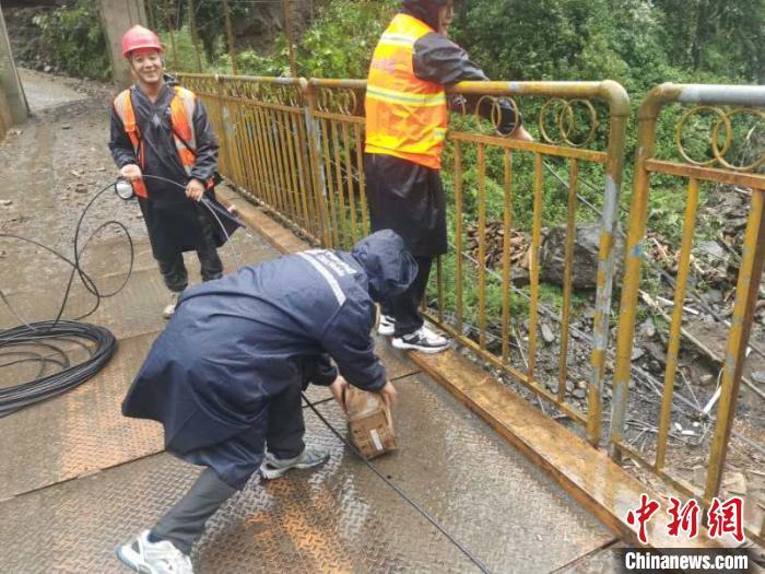 图为工作人员正在进行网络通信抢修。 中国移动云南公司 供图 摄