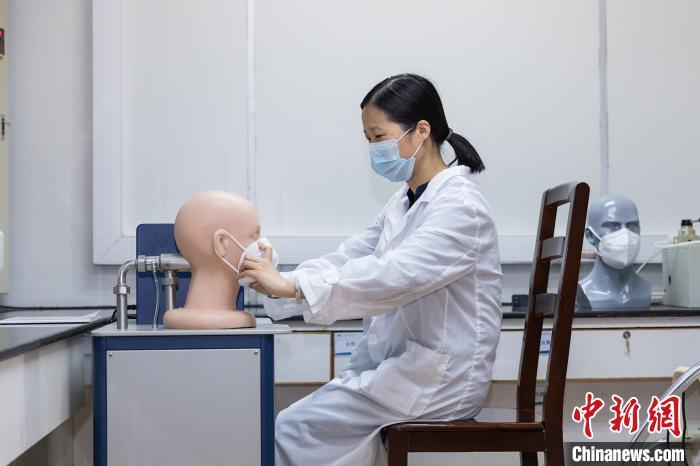 广州海关技术中心检测人员对口罩进行呼吸阻力测试。 关悦摄 关悦 摄