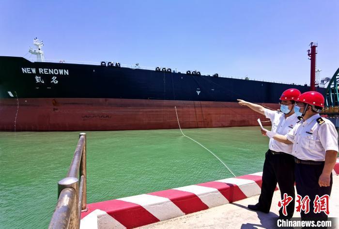 湛江海关所属东海岛海关关员对中科炼化首艘进口油船进行现场监管。 粤海关 摄