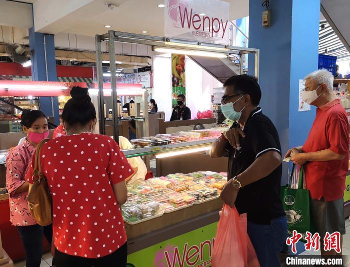图为顾客在购买印尼小吃。 林永传 摄