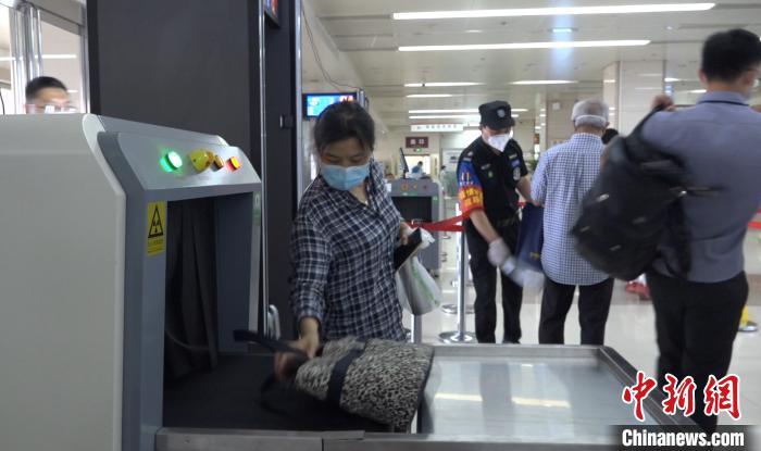 图为北京朝阳医院开展安检工作。 王世博 摄