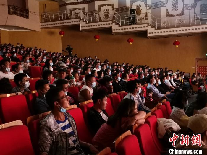 图为7月10日晚,拉萨观众在欣赏话剧《八廓街北院》。 张伟 摄