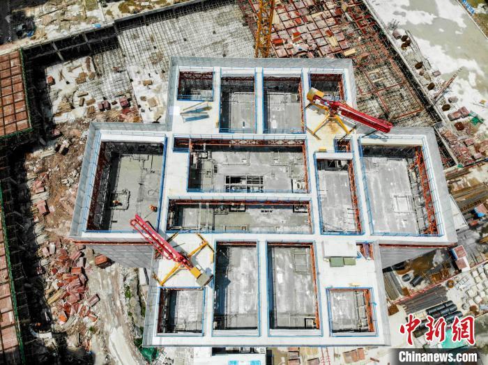 """图为""""住宅造楼机""""航拍图。 刘乾坤 摄"""