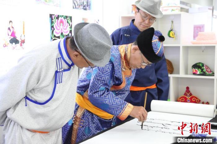 """蒙古六旬书法发烧友寄""""蒙汉合璧""""著作发扬民族同化"""