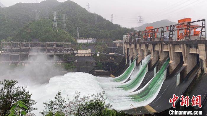 泄洪时的新安江水库。(资料图) 钱晨菲 摄