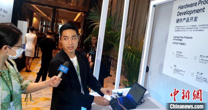 媒体记者现场采访业界人士。 杨伏山 摄