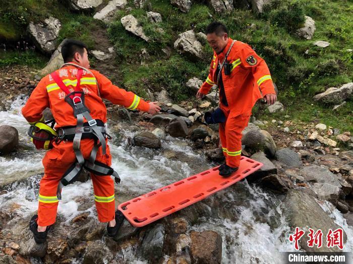 图为拉萨消防指战员在救援途中。拉萨消防 供图