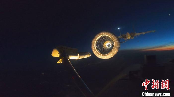海军舰载战斗机完成夜间伙伴加油