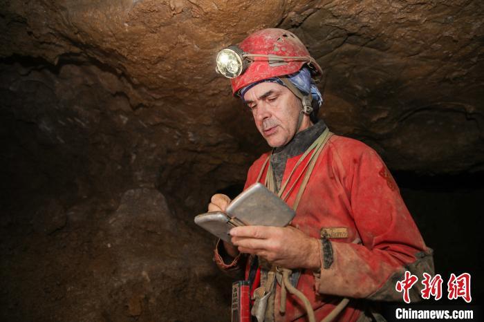 让·波塔西在洞穴中探秘。 瞿宏伦 摄