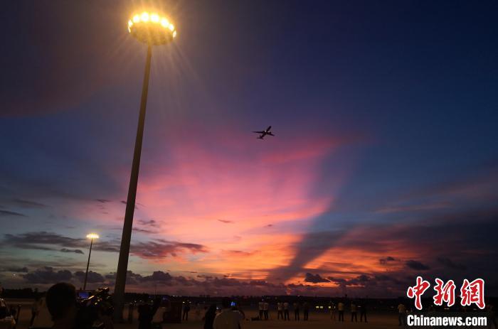 图为试飞飞机在美丽的晚霞中低空通场飞行。 尹海明 摄